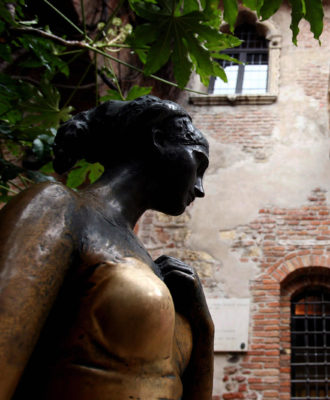 The bronze statue of Juliette Capulet st