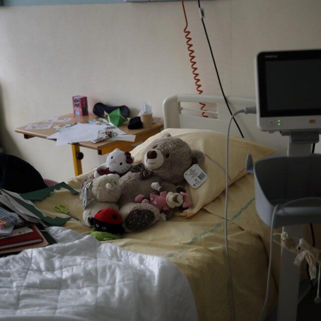 Pediatric hospital bed